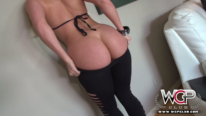 AJ Applegate treats enormous dark cockerel with her phat ass